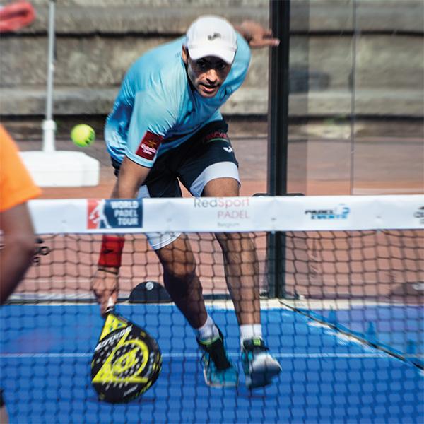 Speler krijgt een bal in de voeten na een chiquita in padel