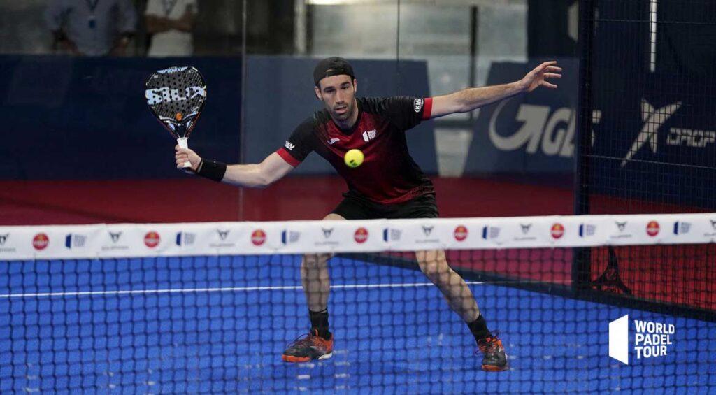 Javi Ruiz slaat slice forehand volley